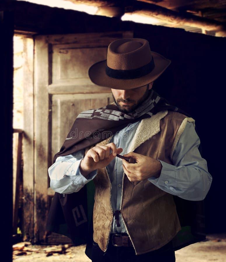Gunfighter, medan bläddra tobak royaltyfri foto