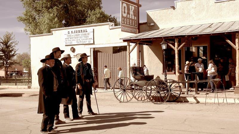 Gunfighters en la ciudad del oeste salvaje de la piedra sepulcral, Arizona imagenes de archivo