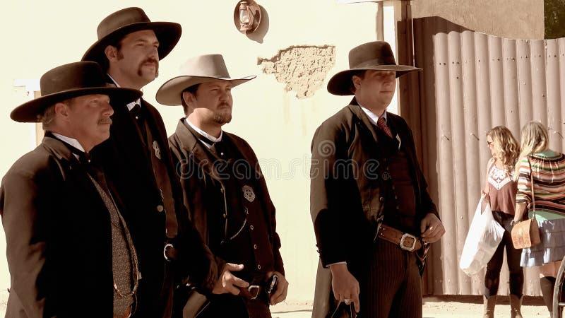 Gunfighters i vilda västernstaden av gravstenen, Arizona arkivbild