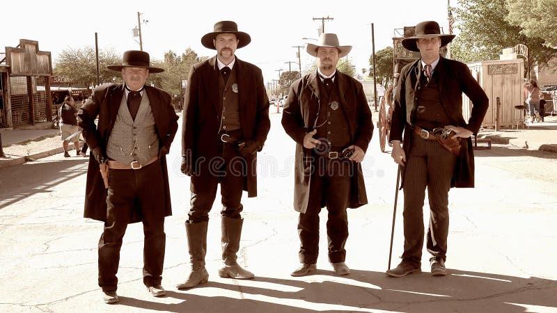 Gunfighters na cidade ocidental selvagem da lápide, o Arizona fotos de stock