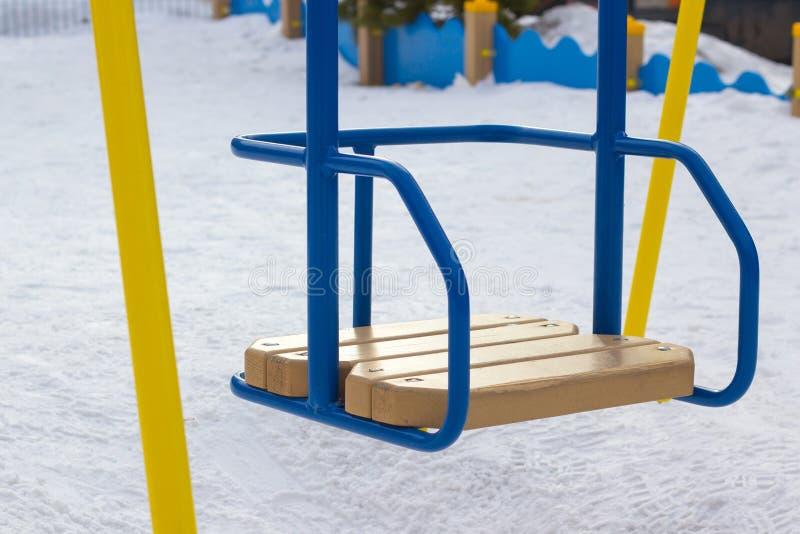 Gunga för barn` s är tom på lekplatsen royaltyfri bild