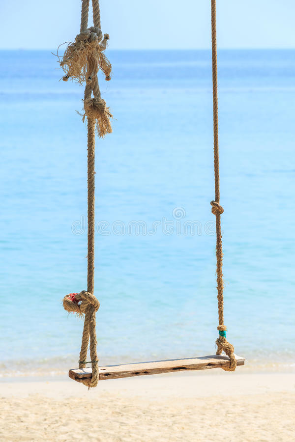 Gunga vid stranden royaltyfri bild