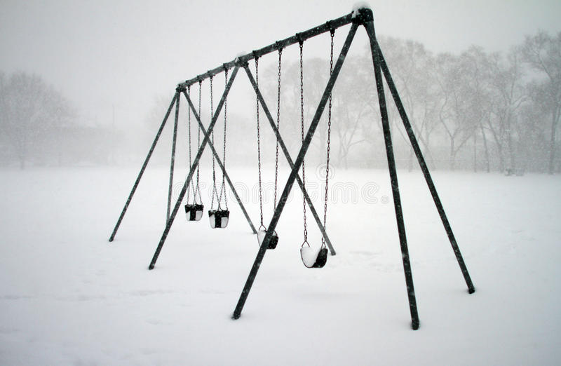 Gungor som täckas med snö royaltyfria bilder