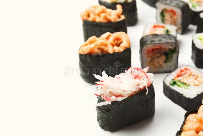 Gunkan, суши, maki и крены изолировали крупный план стоковые изображения rf