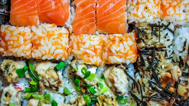 Gunkan, o nigiri e os rolos ajustados do sushi fecham-se acima foto de stock