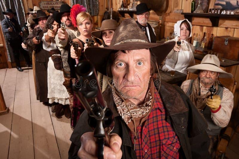 Gunslinger e clienti medi con le armi immagine stock libera da diritti