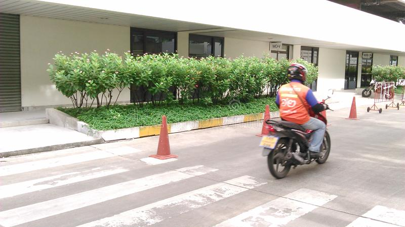 Gunstlingen och mest lämplig väg under rusningstider för att flytta sig i den upptagna staden använder motorcykeln royaltyfri fotografi