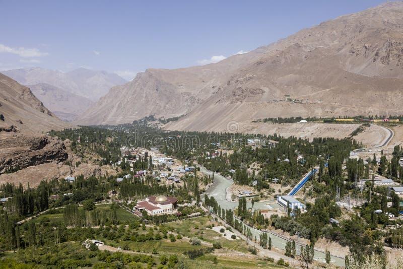 Gunt-Fluss mit der Stadt von Khorog im Wakhan-Tal auf Tadschikistan mit den Pamir-Bergen stockfotos