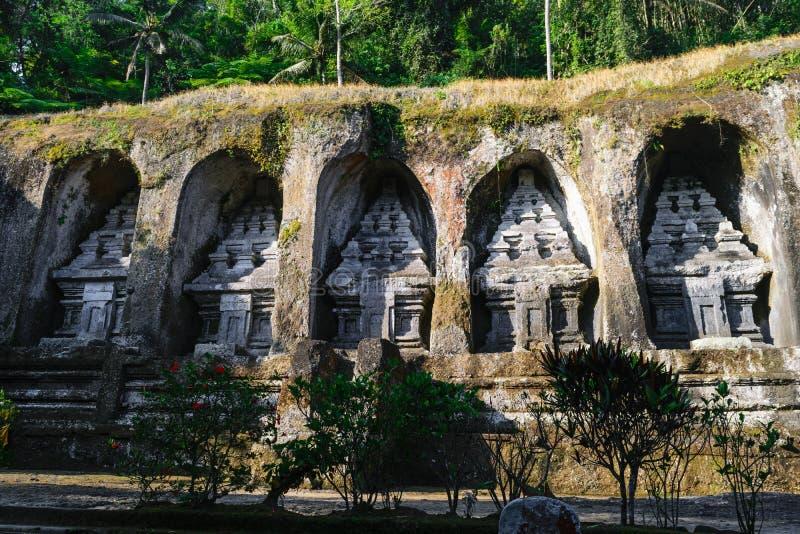 Gunung Kawi tempelkomplex som snidas in i stenklippor med djungler på klippan i Bali, Indonesien royaltyfria foton
