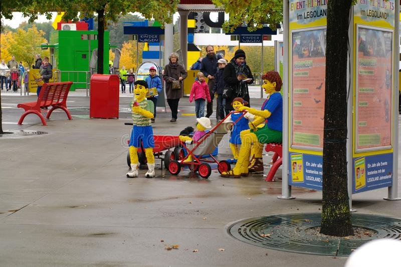 GUNZBGUNZBURG, ALEMANIA - OCTUBRE DE 2013: mini figura gente de ladrillos de LEGO en octubre de 2013, Gunzburg, Alemania, EuropeU fotos de archivo