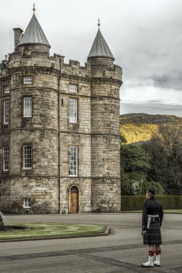 Guqard da honra na frente do palácio de Holyrood, Edimburgo imagens de stock royalty free