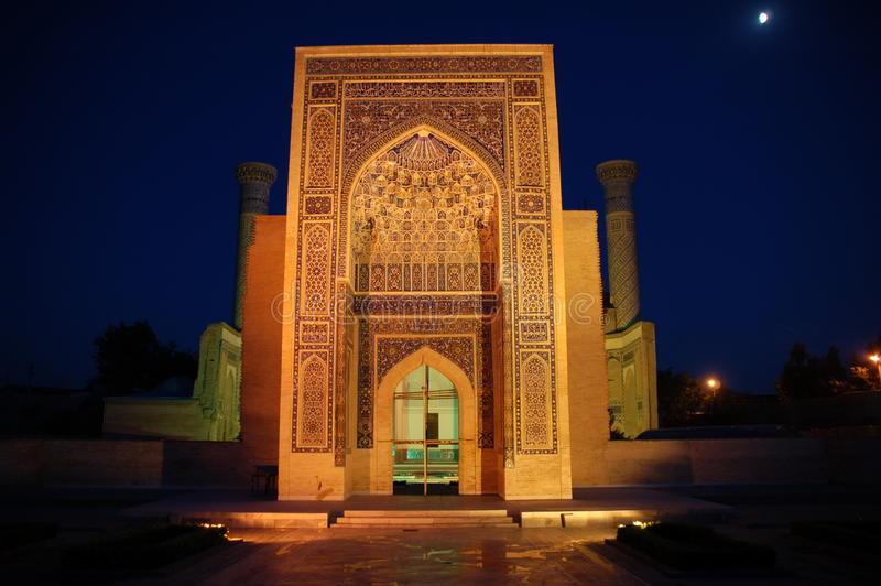 Gur-e Emir-Mausoleum nachts stockbilder