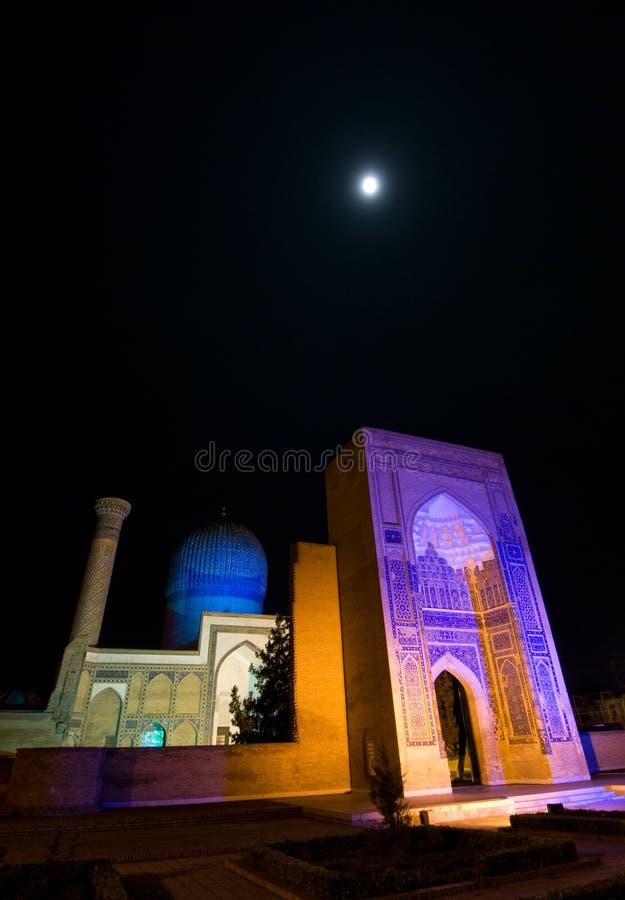 Gur EmirMausoleum på natten royaltyfri foto