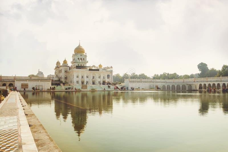 Gurdwara Bangla Sahib är den mest framstående sikh- gurdwaraen Ett sakralt ställe av sikhireligionen Golden Dome av templet i royaltyfri foto