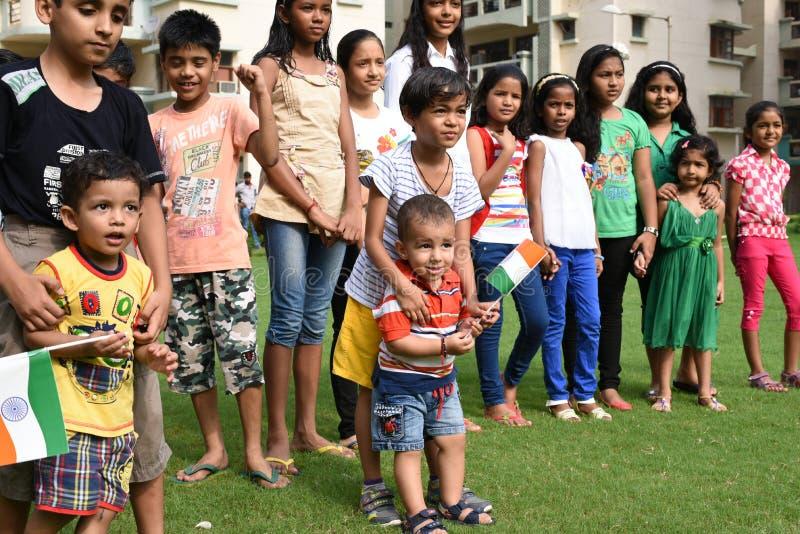 Gurgaon, Índia: 15 de agosto de 2015: Juventude da Índia que comemora e que tem o divertimento no 69th Dia da Independência de Ín fotos de stock royalty free