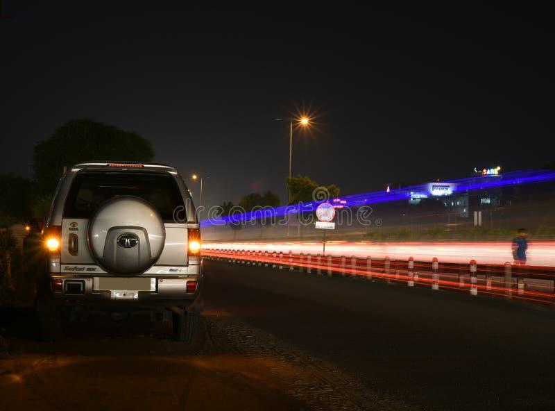 Gurgaon Indien: Augusti 19th, 2015: Legendry Tata Safari SUV på en stads- väg i Gurgaon fotografering för bildbyråer