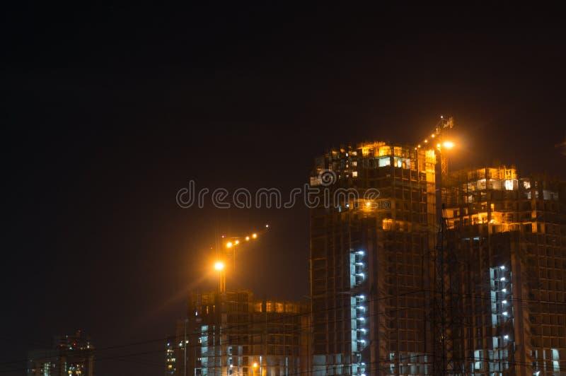 Gurgaon Noida himmelskrapa under konstruktion på natten arkivfoton