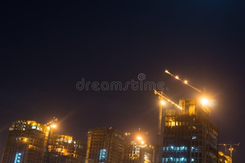 Gurgaon Noida himmelskrapa under konstruktion på natten arkivbilder