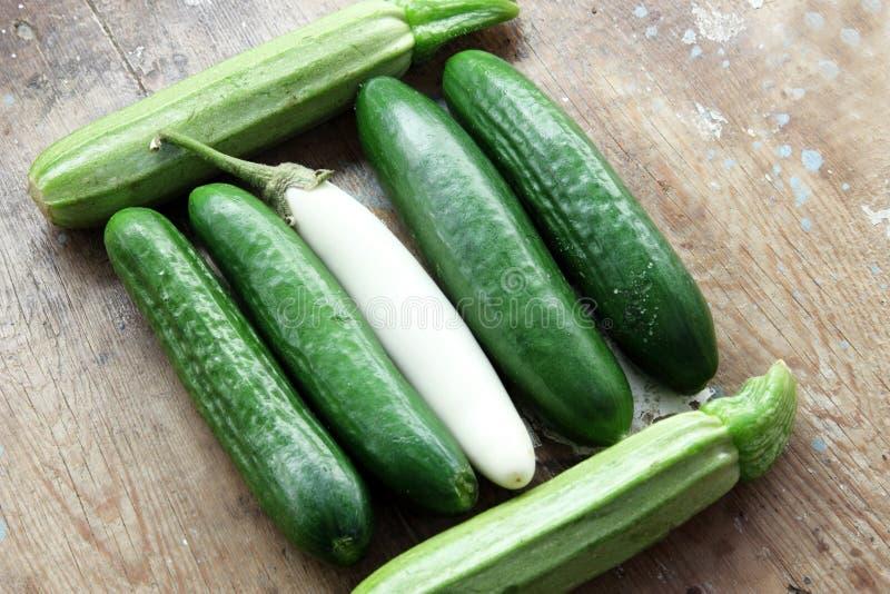 Gurka med den vita aubergine och zucchinin arkivfoton