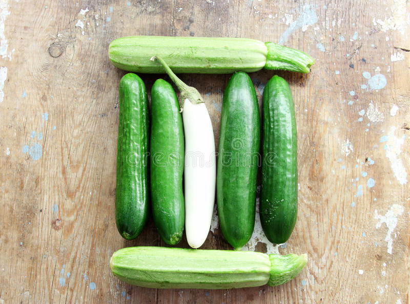 Gurka med den vita aubergine och zucchinin royaltyfria bilder