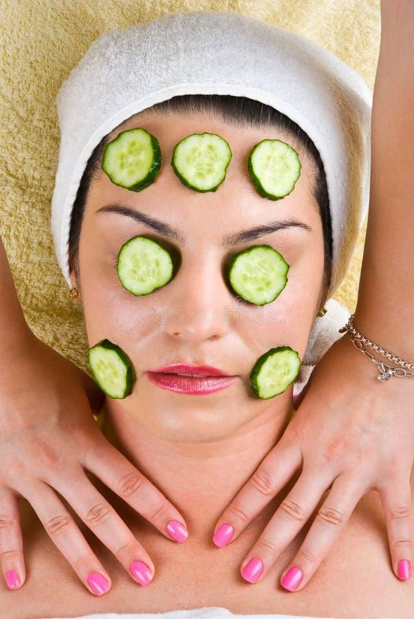 gurka som får kvinnan för maskeringsmassagehals arkivbilder