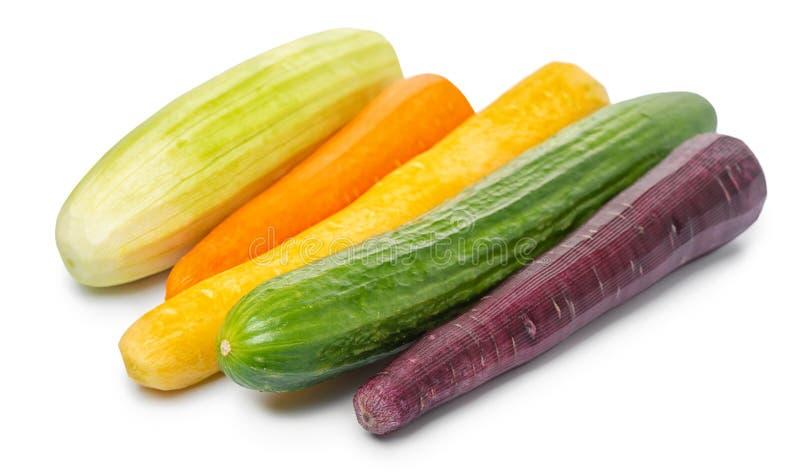 gurka zucchini, morotgrönsaker som isoleras på vit bakgrund, råkost royaltyfri bild