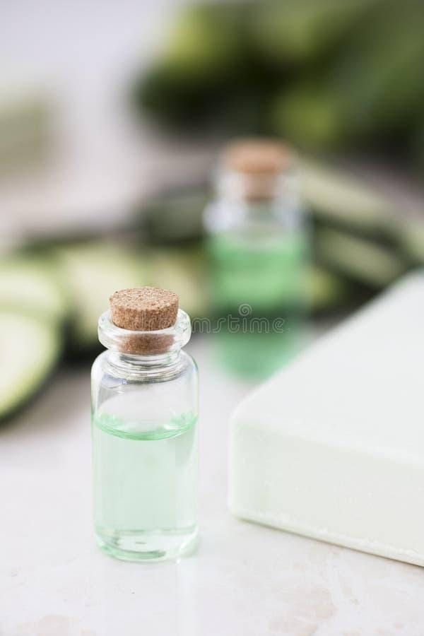 Gurkaextrakt i flaska arkivbilder