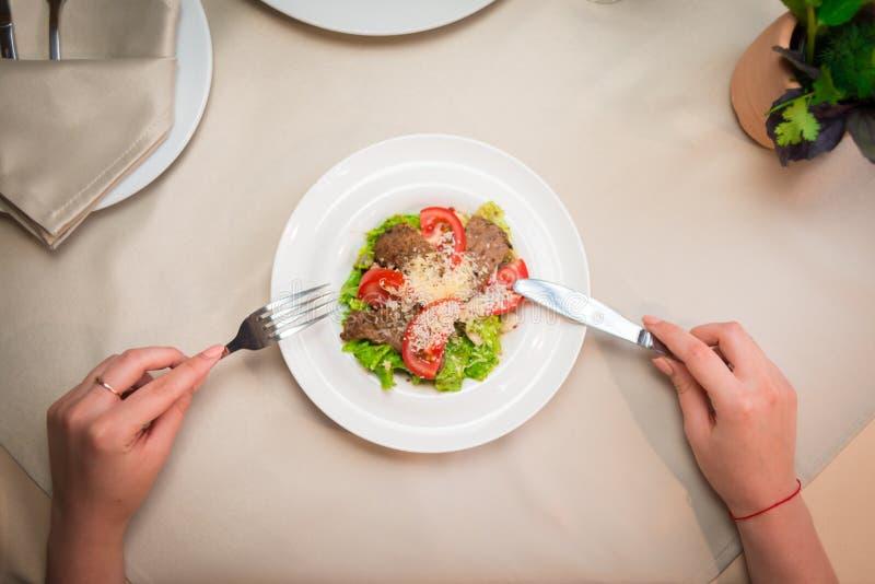Gurke, Kopfsalat, Kirschtomaten, Lachse und Eier Hände der Frau Salat im Café essend lizenzfreie stockbilder