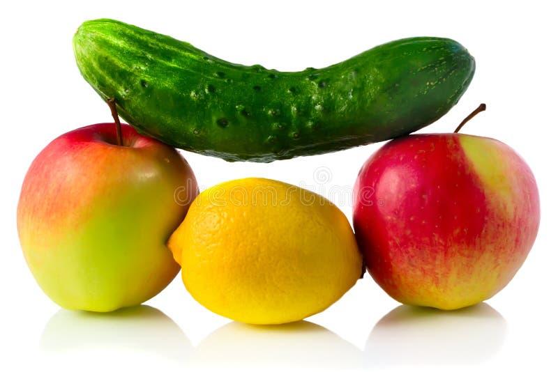 Gurke und Früchte stockfotografie