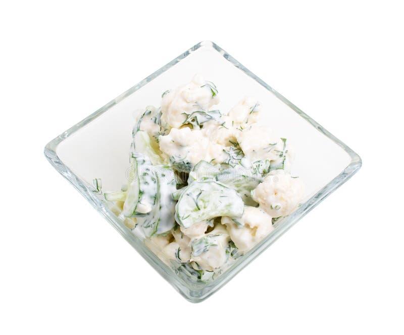 Gurken- und Blumenkohlsalat mit Sauerrahm stockfotografie
