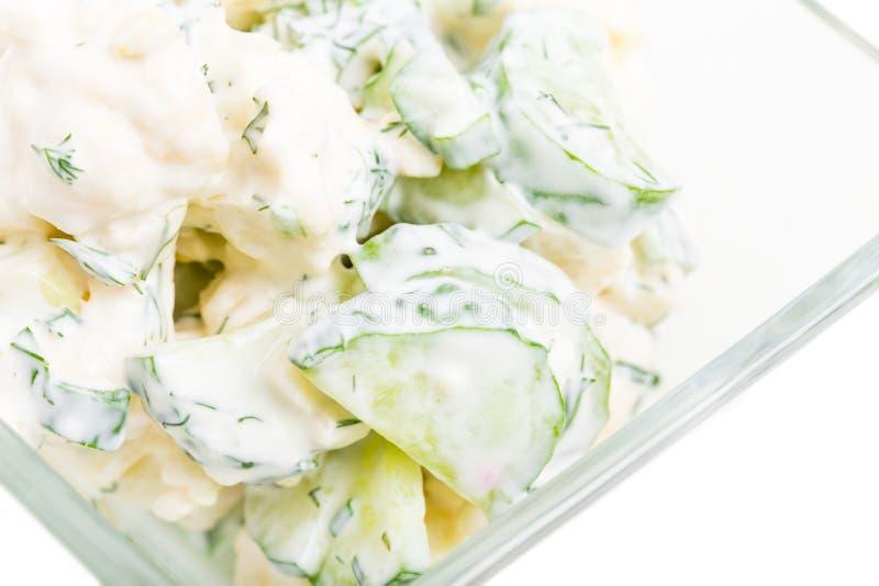 Gurken- und Blumenkohlsalat mit Sauerrahm lizenzfreies stockfoto