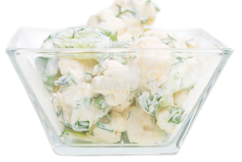 Gurken- und Blumenkohlsalat mit Sauerrahm stockbild