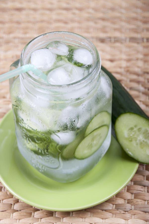 Gurkenschmelzwasser in einem Glasbecher für Getränke stockfoto