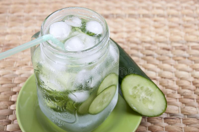 Gurkenschmelzwasser in einem Glasbecher für Getränke stockbild