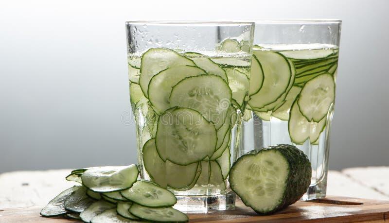 Gurkenwasser, Spülwasser, zum des Körpers zu entgiften und des Dursts auf einem weißen Hintergrund zu löschen stockfoto