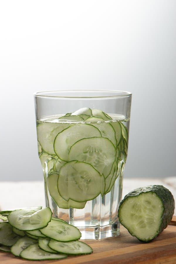 Gurkenwasser, Spülwasser, zum des Körpers zu entgiften und des Dursts auf einem weißen Hintergrund zu löschen lizenzfreie stockfotografie