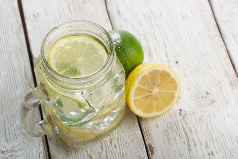 Gurkenwasser, Spülwasser, zum des Körpers zu entgiften und des Dursts auf einem weißen Hintergrund zu löschen lizenzfreies stockfoto
