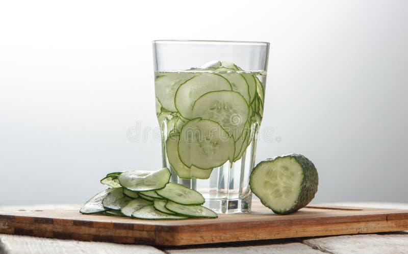 Gurkenwasser, Spülwasser, zum des Körpers zu entgiften und des Dursts auf einem weißen Hintergrund zu löschen stockbild
