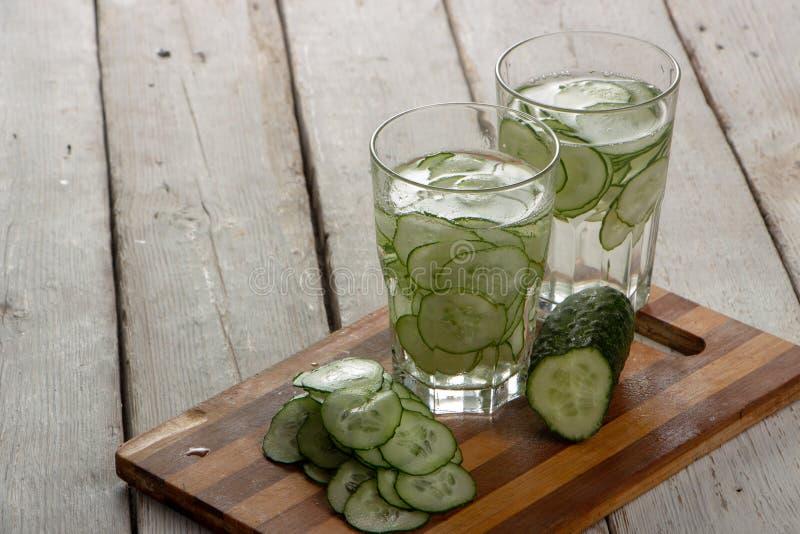 Gurkenwasser, Spülwasser, zum des Körpers zu entgiften und des Dursts auf einem weißen Hintergrund zu löschen stockfotografie