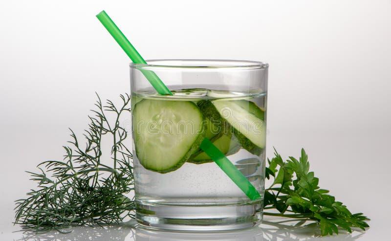 Gurkenwasser, Spülwasser, zum des Körpers zu entgiften und des Dursts auf einem weißen Hintergrund zu löschen lizenzfreies stockbild