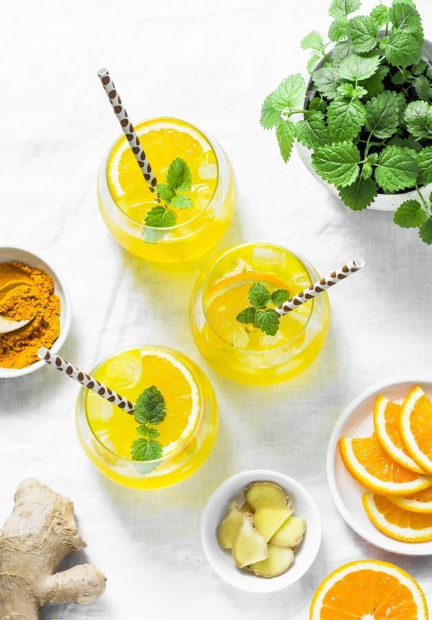 Gurkmeja ingefära, orange lemonad Kall drink för sommar på ljus bakgrund, bästa sikt royaltyfria bilder