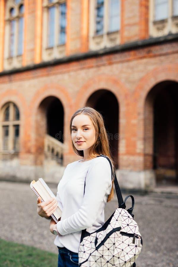 Gurl grazioso con il sorriso nel campud del ritratto dello studente universitario fotografie stock libere da diritti