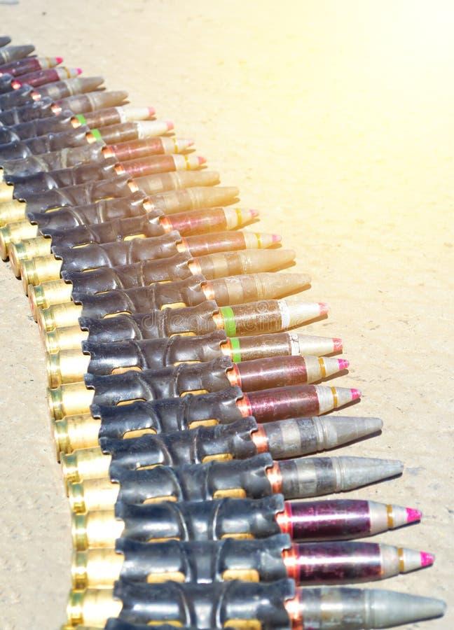 Gurt von Patronen mit Kugeln großen Kaliber razrvyh, Nacht, Rüstungdurchdringen für einen Hubschrauber lizenzfreies stockfoto