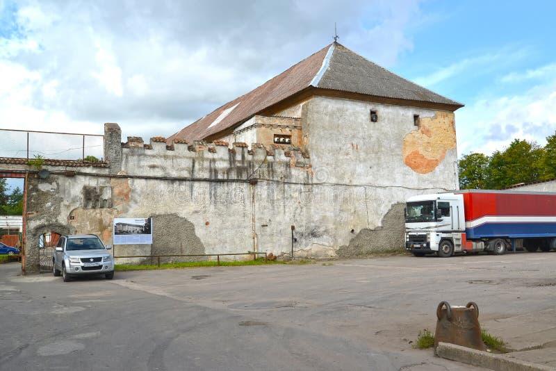 GURYEVSK, RÚSSIA Parede e fragmento do leste do fechamento de Noykhauzen imagens de stock royalty free