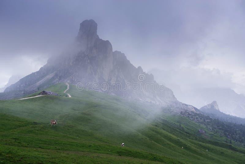 Gusela del Nuvolau - 2 595 m,看从Passo Giau 免版税库存照片