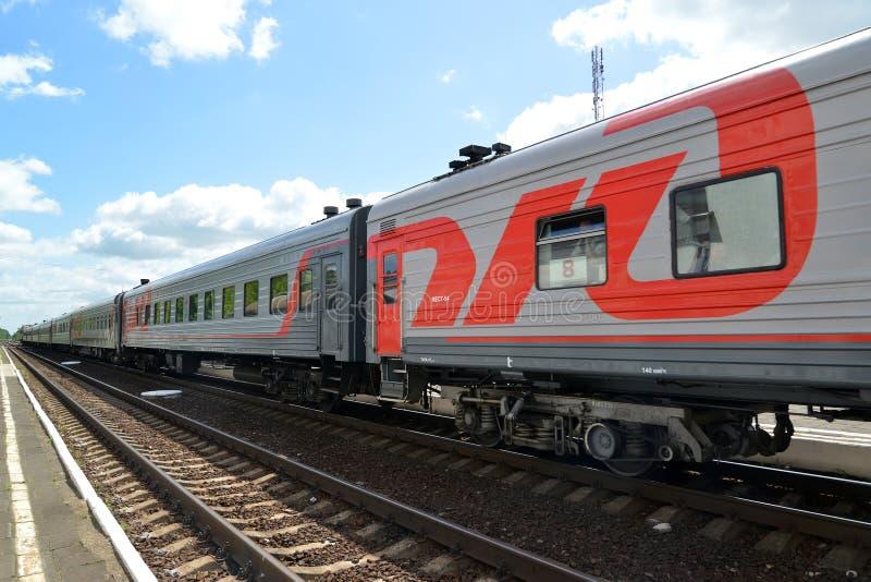 GUSEV, RUSIA Los costes del tren de pasajeros en vías ferroviarias Ferrocarriles rusos foto de archivo libre de regalías