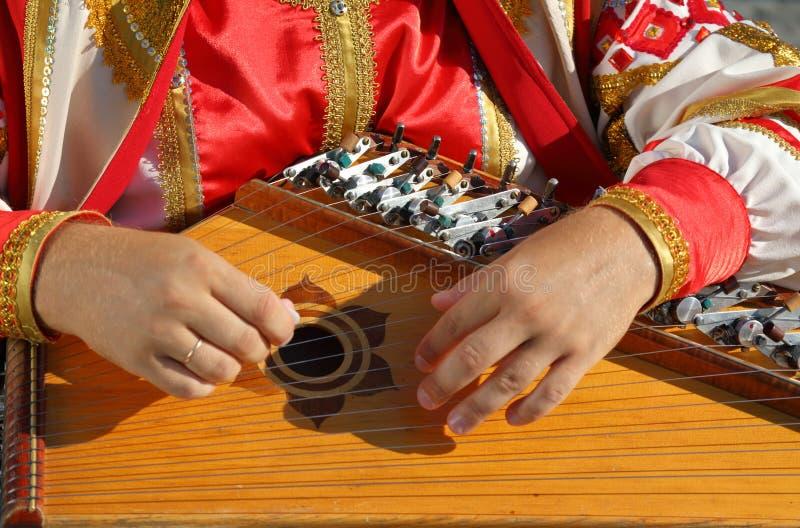 Gusli volks muzikaal Russisch instrument in mensen` s handen royalty-vrije stock afbeeldingen