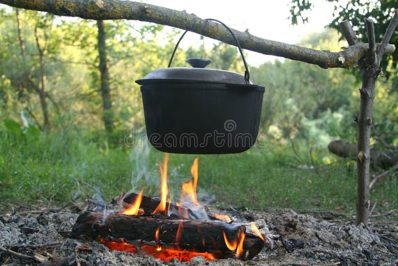 Gusseisenkessel stockbild. Bild von wald, kochen, eisen - 21012727