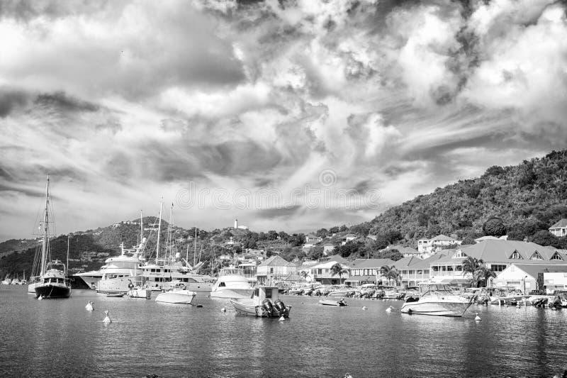 Gustavia, stbarts - 25-ое ноября 2015: шлюпки в яхт-клубе или порт в тропической гавани Плавать и плавать роскошь стоковые фотографии rf
