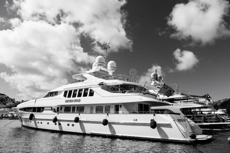 Gustavia, stbarts - 25 de enero de 2016: navegando, viaje de lujo en el yate Yates anclados en el embarcadero del mar en la playa fotografía de archivo
